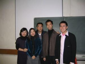 2004年關錦鵬應邀出席比較文學系工作坊時留影。